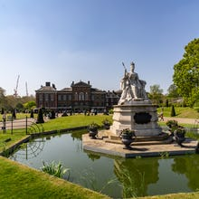 Queen Victoria statue and Kensington Palace